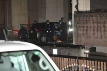 車両を調べる捜査員=18日午後10時40分ごろ、高崎市旭町(画像の一部を加工しています)