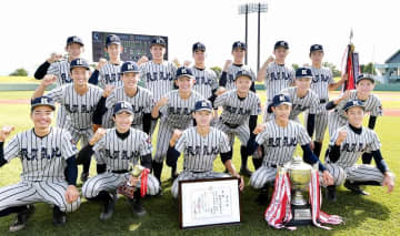 北信越地区高校野球大会で優勝し、笑顔を見せる敦賀気比ナイン=10月18日、富山県の富山市民球場