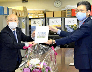 松崎部長に要望書を手渡す宮田町長(左)
