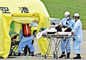 機体から救助した負傷者をけがの程度でグループ分けするトリアージの訓練