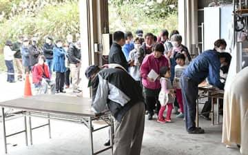販売終了直前になっても、多くの人が列をつくっていた=18日午前11時53分、戸沢村