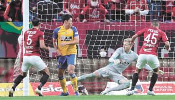 浦和―仙台 後半22分、浦和・レオナルド(右)にゴールを許し、0―5と差を広げられる。GKスウォビィク。左から2人目は蜂須賀(山本武志撮影)