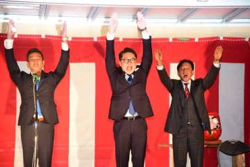 【万歳三唱で当選を喜ぶ橋爪氏(中央)=志摩市阿児町鵜方の選挙事務所で】
