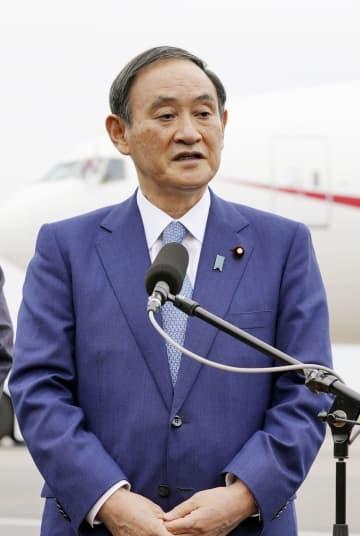 羽田空港で取材に応じる菅首相