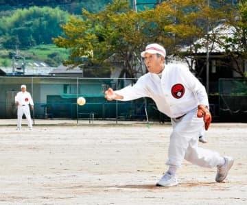 バッターが指定したストライクゾーンめがけて下手投げで投球する内子尚武会のピッチャー