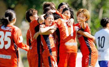 【愛媛FCL―新潟】後半38分に山口(14)のゴールで先制し、喜ぶ愛媛FCLイレブン=県総合運動公園球技場