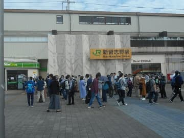 JR東日本武蔵野線205系電車グッズ 「鉄道の日」の10月14日に京葉線新習志野駅で発売 NewDaysにファン並ぶ