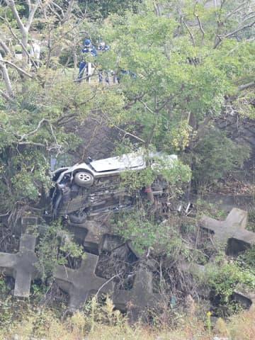 「ドン」と音、大学生ら死亡…崖から車転落 後部座席の20歳男性は重傷 運転の少年は無免許か/狭山