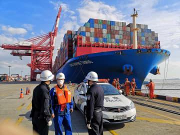 ドイツとデンマークの輸入博展示品積んだコンテナ船、上海に到着