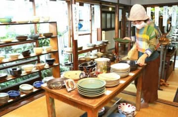 カレー専用の食器1万点以上並ぶ 岡山・油亀で人気企画の10回目