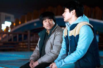 韓国から届いたぽっこりお腹の詩人とドーナツ屋で働く青年の恋。映画「詩人の恋」11月13日(金)全国順次公開!