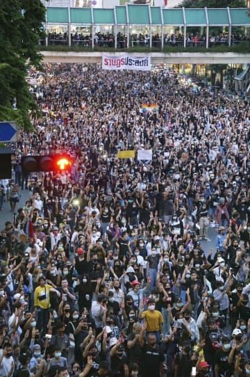 タイ、首相辞任拒否で再びデモ 学生主導、商業地区に1万人近く 画像
