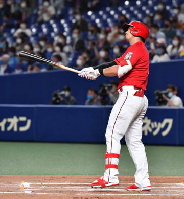 広島・鈴木誠 途中出場も2打数2安打3打点 代打で同点打!トドメは25号2ラン