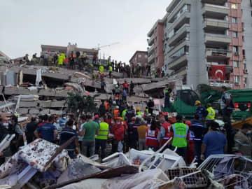 トルコ沖で地震、14人死亡・400人超負傷 建物倒壊や浸水の被害