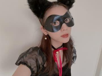 """貴島明日香、ミニスカワンピの""""黒猫""""に 愛猫試す3つのコスプレを披露"""