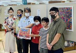 鮮やか首里城 再建願う絵画「見る人の心明るく」 兵庫の小6男児が現地で作品展