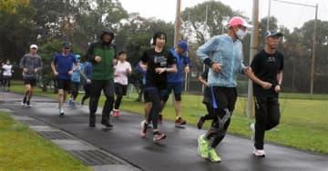 長い距離を走るためのフォームを習った後、試走する熊本城マラソンランニングクラブの参加者=熊本市南区
