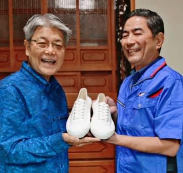 届かなかった聖火ランナーシューズ、56年ぶり沖縄の宮城さんの「足」に