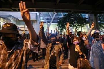 タイ、王室改革絡みの改憲案否決 数万人規模で抗議デモ