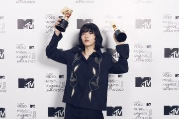 あいみょん、「裸の心」MVで受賞「シャワーに打たれてよかった」