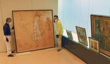 海老原喜之助特設コーナーの準備が進む第75回南日本美術展=鹿児島市の黎明館