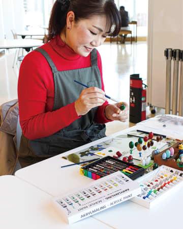 彩り豊かな「どんぐりアート」 引地台小放課後子ども教室 平岩夏美さん