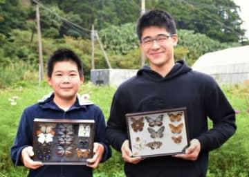 珍種をたくさん採集している片平永遠さん(右)と証君=南さつま市笠沙町赤生木