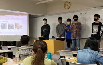長崎原爆資料館の魅力向上に向けた提案を発表した後、質問に答える学生=長崎市、長崎大文教キャンパス