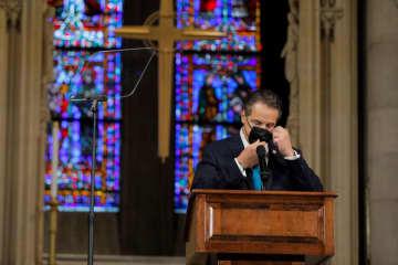 ニューヨークの教会でスピーチするクオモ州知事=15日(ロイター=共同)