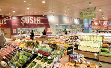 リニューアルオープンしたヤオコー所沢北原店。来店客の利便性を高めるため総菜と生鮮の売り場を一体化するなど、店内の配置を工夫した=20日午前、所沢市