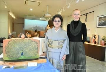 初の二人展を開いた青木さん(左)とレーカさん