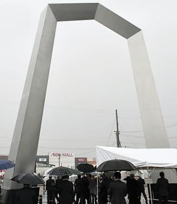 天童市芳賀地区に設置されたモニュメント「王手門」=JR天童南駅前