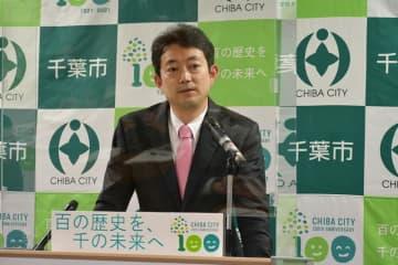 新型コロナ感染症対策条例案などを発表する千葉市の熊谷市長=20日、市役所
