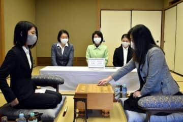 初手を指す中井女流六段(右)と里見倉敷藤花