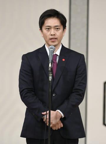 大阪維新の会の新代表に選出され、あいさつする吉村洋文大阪府知事=21日午後、大阪市