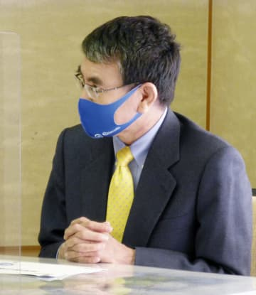 高知県の浜田省司知事と会談する河野行革相=21日午後、高知市
