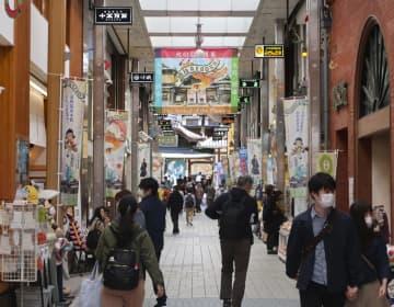 3連休初日の「道後温泉本館」前の商店街=21日午後、松山市