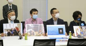国会議員らに在日ウイグル人らの窮状を訴えるハリマト・ローズさん(左端)ら=18日、東京都千代田区