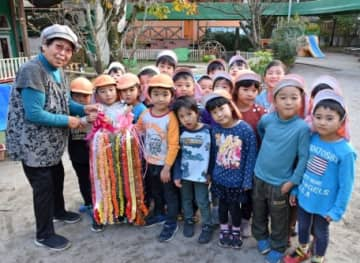 園児に千羽鶴を贈る福永イツ子さん=霧島市溝辺の照明保育園