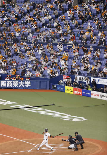 プロ野球日本シリーズ第1戦をマスク姿で観戦する人たち。観客数は収容人数の50%までに制限された=21日、大阪市の京セラドーム大阪