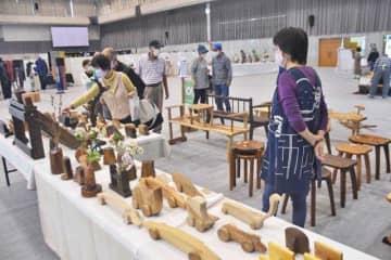 陶芸や木工など手作りの品が並ぶ「綾工芸まつり」