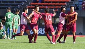 【ルーテル-国府】PK戦の末に優勝し、抱きあって喜ぶルーテルの選手たち=えがお健康スタジアム(小野宏明)