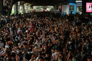 21日、バンコクで行われた教育改革を訴えるデモの参加者(ロイター=共同)