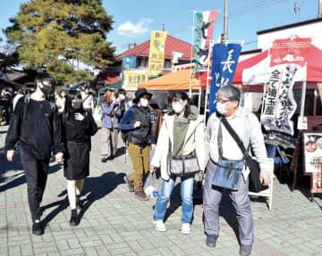 長瀞町で開催されたイベント「ミートフェスタin長瀞」を楽しむ観光客ら
