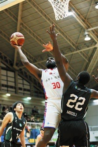 【西宮-熊本】第1クオーター、シュートを決める熊本のラベネル=西宮市立中央体育館