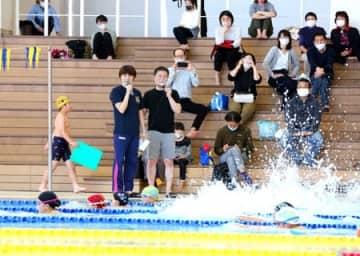 中村真衣さん「憧れが頑張る力に」 パラ競泳・河合さんと、長岡で児童にこつ伝授