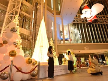 イルミネーションが輝きクリスマスムードに包まれた霞城セントラル1階アトリウム=山形市