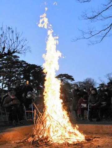 ボタンの枯れ木を燃やし、夕闇の中で火柱が立つ「牡丹焚火」