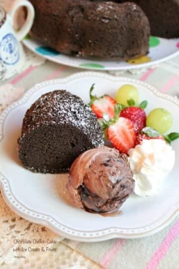 チョコレートシフォンケーキ アイスクリームとフルーツ添え