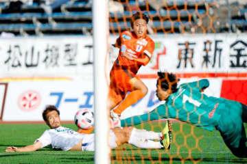 【愛媛FC―群馬】後半、シュートを放つ愛媛FC・有田(中央)=ニンスタ